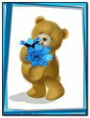 niedźwiedź z niebieskim kwiatem