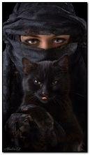 الفتاة مع قطة سوداء