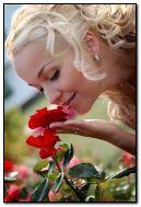 Gadis dengan bunga