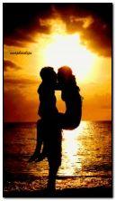 समुद्रकिनार्यावर रोमँटिक चुंबन