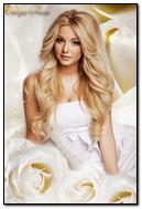Cô gái tóc vàng xinh đẹp trong hoa hồng trắng
