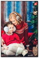 Madre e hija en el árbol de Navidad